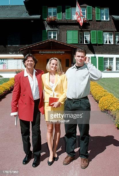 Herbert Herrmann mit Ehefrau Karin geb Gustke vor dem Standesamt von Grindelwald/Schweiz mit Sohn Florian Steinberger Hochzeit Braut Bräutigam...