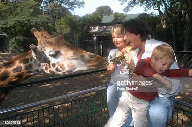 Herbert Herrmann Sohn PhillipLeon Herrmann Lebengefährtin Nora von Collande Zoobesuch Hamburg Hagenbecks Tierpark Schauspieler Schauspielerin Giraffe...