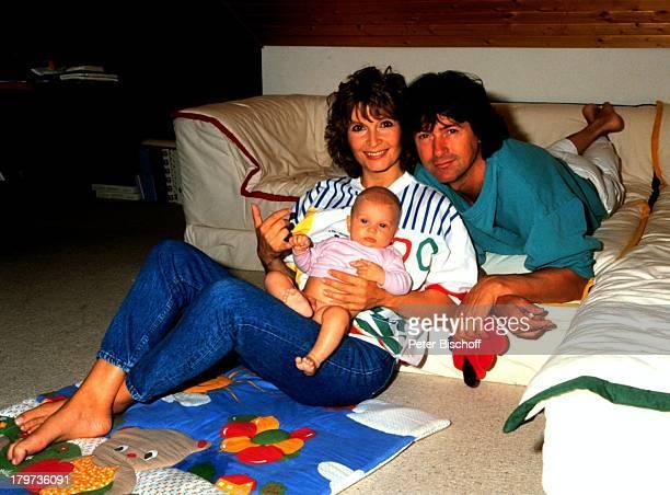 Herbert Herrmann und Lebensgefährtin Susanne Uhlen mit Sohn Christopher Baby Kind Homestory Schauspielerin Schauspieler Promis Prominenter Prominente