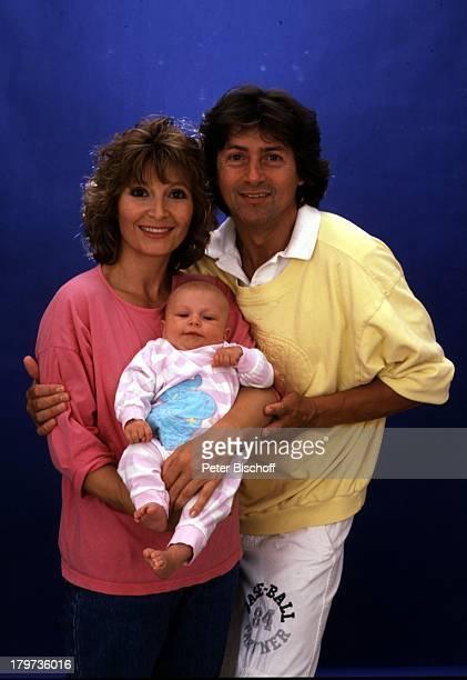 Herbert Herrmann und Lebensgefährtin Susanne Uhlen mit Sohn Christopher Porträt Studio Baby Kind Schauspielerin Schauspieler Promis Prominenter...