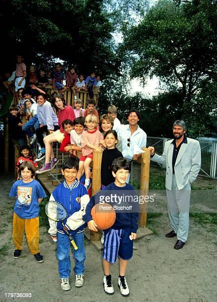 Herbert Herrmann und Lebensgefährtin Susanne Uhlen mit SohnChristopher bei Spielplatz Einweihung in Potsdam Schauspieler Kinder Schauspielerin...