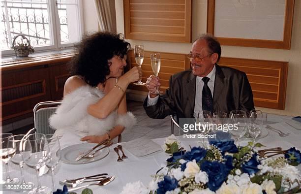 """Herbert Köfer, Braut Heike Knochee,;Hochzeit, Luisenhain, Restaurant;""""Seeresidenz"""", Berlin, Deutschland, Europa, anstoßen, Glas;Sekt, zu prosten,..."""