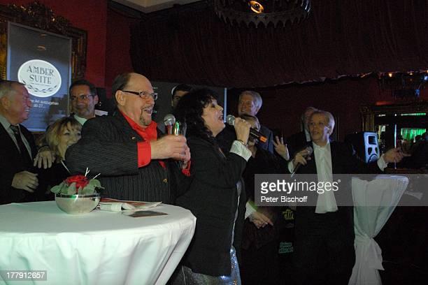 Herbert Köfer Ehefrau Heike dahinter vlnr Uli Wegner Angelika Mann Matthias Platzeck Andy Moor Feier zum 90 Geburtstag von H K F E R Amber Suite im...