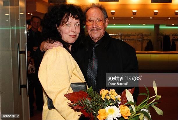 "Herbert Köfer, Ehefrau Heike Knochee,;60-jähriges Bühnenjubiläum Herbert Köfers,;Dresden, ""Komödie"", Foyer, Blumen,"