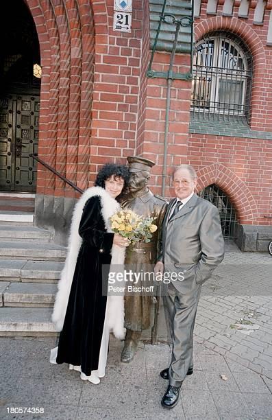 Herbert Köfer, Ehefrau Heike Knochee,;Hochzeit, Berlin, Deutschland, Europa, Standesamt Köpenick,;Rathaus, Braut, Bräutigam, Brille, Statur;Hauptmann...