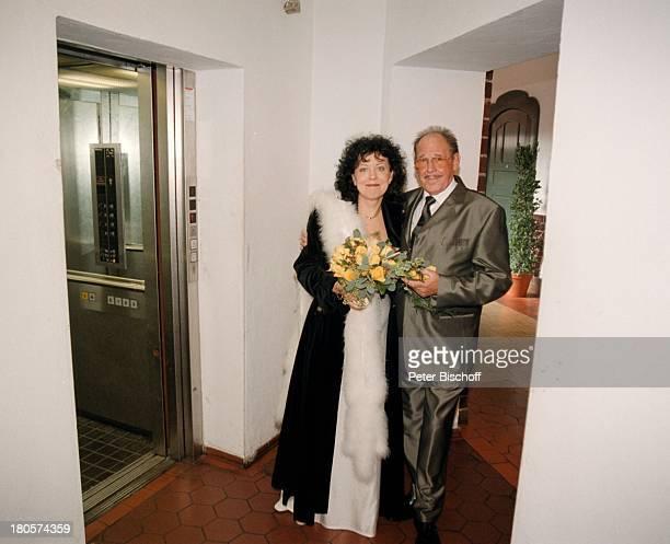 Herbert Köfer, Ehefrau Heike Knochee,;Hochzeit, Berlin, Deutschland, Europa, Standesamt Köpenick,;Rathaus, Braut, Bräutigam, Brille,;Brautstrauß,...