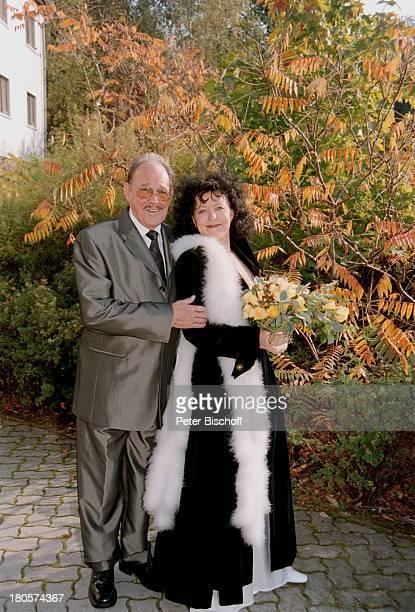 """Herbert Köfer, Ehefrau Heike Knochee,;Hochzeit, Berlin, Deutschland, Europa, Luisenhain, Hotel;""""Seeresidenz"""", Park, Braut, Bräutigam,;Brille,..."""