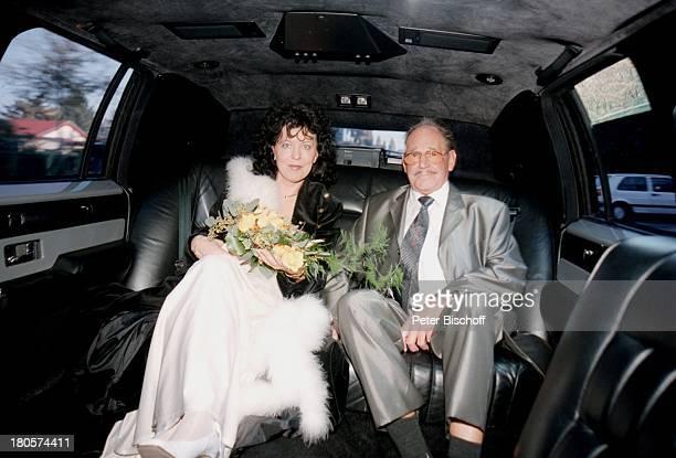 Herbert Köfer, Ehefrau Heike Knochee,;Hochzeit, Berlin, Deutschland, Europa, Köpenick, Lincoln;Towncar Stretch Limousine, Braut,;Bräutigam, Brille,...