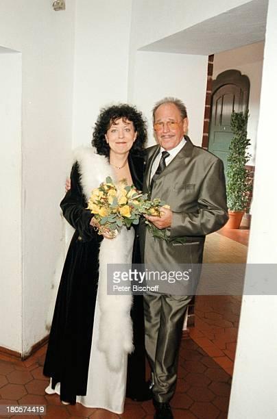 Herbert Köfer, Ehefrau Heike Knochee,;Hochzeit, Berlin, Deutschland, Europa, Standesamt Köpenick,;Rathaus, Braut, Bräutigam, Brille,;Brautstrauß;!...