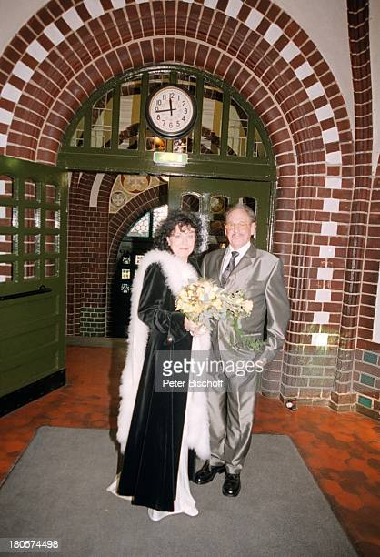 Herbert Köfer, Ehefrau Heike Knochee,;Hochzeit, Berlin, Deutschland, Europa, Köpenick, Rathaus,;Standesamt, Eingang, Brille, Braut,;Bräutigam,...