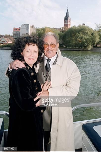 """Herbert Köfer, Ehefrau Heike Knochee,;Hochzeit, Fahrt zum Restaurant;""""Seeresidenz"""", Schiff von Köpenick zum;Müggelsee, Berlin, Bräutigam,..."""