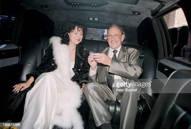 Herbert Köfer, Ehefrau Heike Knochee,;Hochzeit, Lincoln Towncar Stretch;Limousine, Berlin, Deutschland, Europa, Köpenick, Standesamt,;Braut,...
