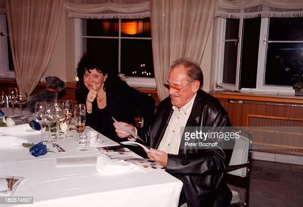 """Herbert Köfer, Ehefrau Heike Knochee,;Hochzeit, Luisenhain, Restaurant;""""Seeresidenz"""", Berlin, Deutschland, Europa, Bräutigam, Braut,;schreiben, ! A c..."""