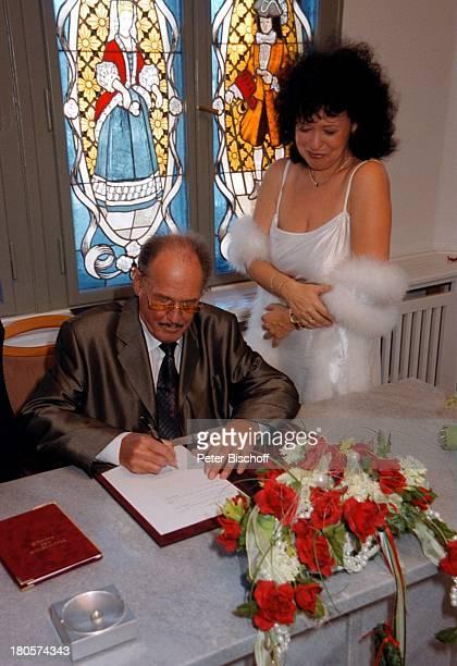 Herbert Köfer Ehefrau Heike KnocheeHochzeit Standesamt Köpenick RathausBerlin Deutschland Europa Braut BräutigamHochzeitsurkunde Unterschreiben...
