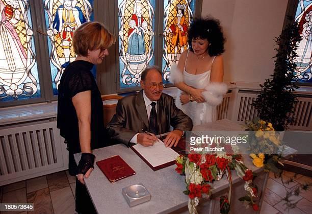Herbert Köfer, Ehefrau Heike Knochee,;Marion Lämmel , Hochzeit,;Standesamt Köpenick, Rathaus, Berlin, Deutschland, Europa,;Braut, Bräutigam,...
