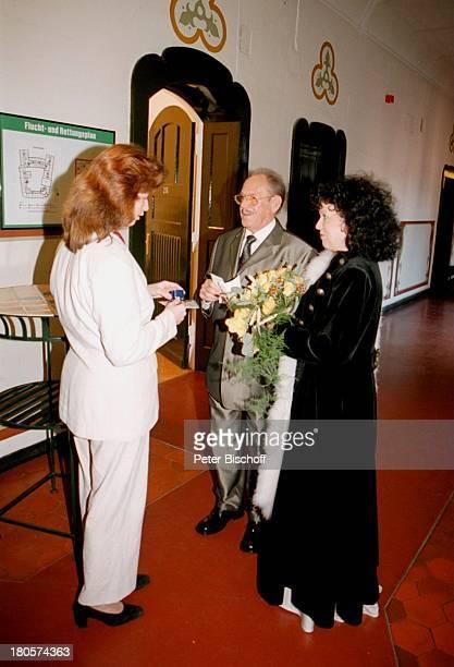 Herbert Köfer Ehefrau Heike KnocheeVerena Galts HochzeitRathaus Berlin Deutschland Europa Standesamt KöpenickBraut Bräutigam Brille Brautstrauß