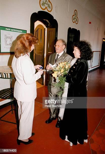 Herbert Köfer, Ehefrau Heike Knochee,;Verena Galts , Hochzeit,;Rathaus, Berlin, Deutschland, Europa, Standesamt Köpenick,;Braut, Bräutigam, Brille,...