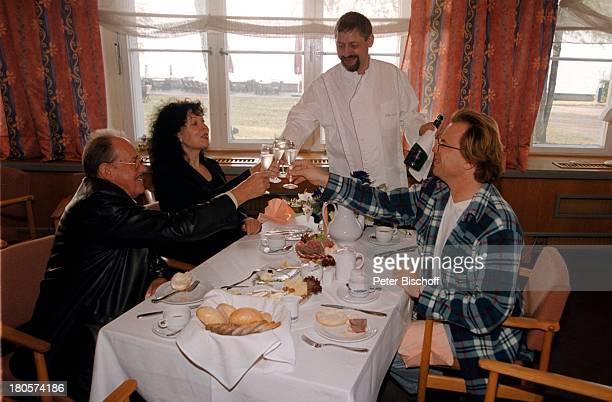 """Herbert Köfer, Ehefrau Heike Knochee,;Wolfgang Lippert, Hochzeit, Berlin, Deutschland, Europa,;Luisenhain, Hotel """"Seeresidenz"""",;Champagner, Glas,..."""