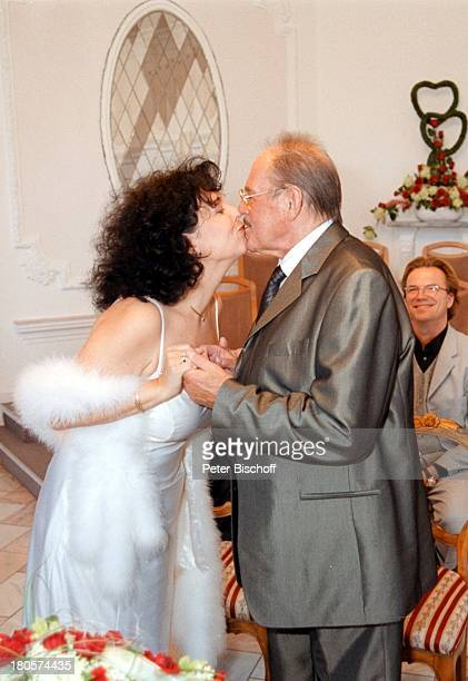 Herbert Köfer, Ehefrau Heike Knochee,;Wolfgang Lippert, Hochzeit, Berlin, Deutschland, Europa,;Köpenick, Rathaus, Standesamt, Trauung,;Trauzimmer,...