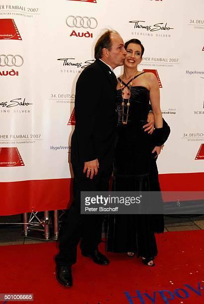 Herbert Knaup Ehefrau Christiane 34Deutscher Filmball Hotel Bayerischer Hof München Bayern Deutschland Roter Teppich Abendkleid Ganzkörper Anzug Kuss...