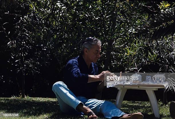 Herbert Von Karajan CloseUp Cap de SaintTropez juin 1968 Herbert VON KARAJAN en tenue décontractée prend son petit déjeuner assis dans l'herbe près...