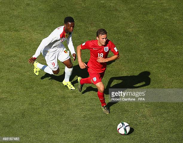 Herbie Kane of England is chased by Augustin Bangoura of Guinea during the FIFA U17 World Cup Group B match between England and Guinea at Estadio...