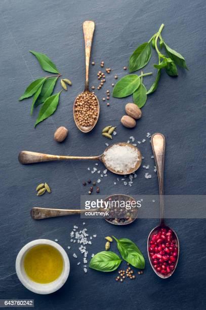 Herbes et épices sur ardoise.