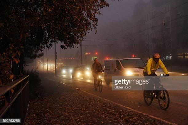 Herbst in Berlin - Fahrradfahrer auf der abendlichen Prenzlauer Allee in Berlin-Prenzlauer Berg