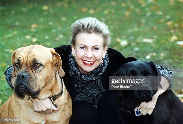 Herdis Zernial mit den beiden HundenHomestory Bremen