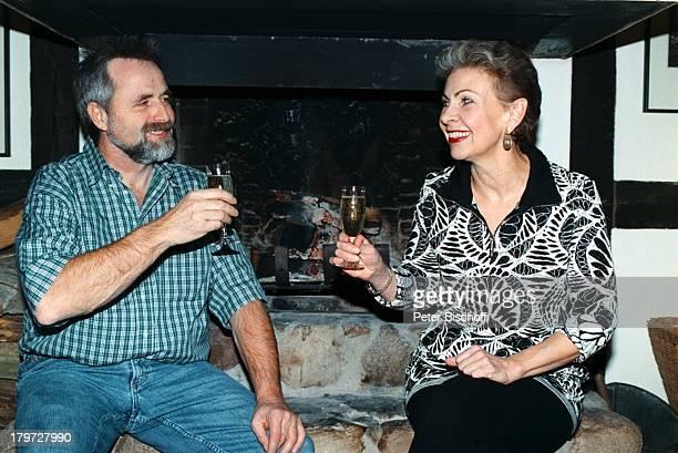 Herdis Zernial mit Ehemann Dr PeterZernial Homestory Bremen Glas Sekt