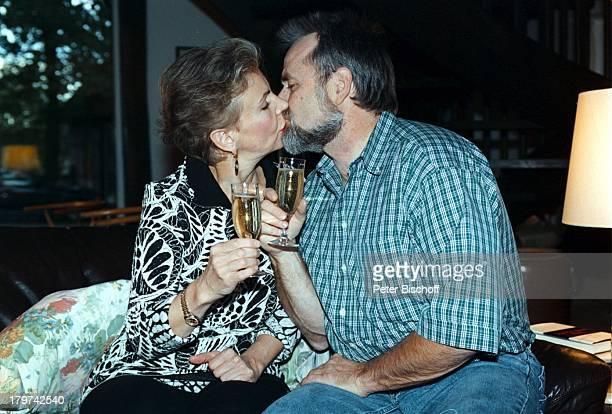 Herdis Zernial mit Ehemann Dr PeterZernial Homestory Bremen Glas Sekt Kuß
