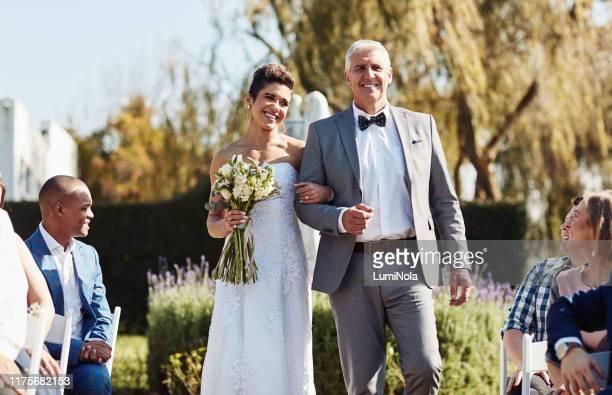 ecco che arriva la sposa... - cerimonia di nozze foto e immagini stock