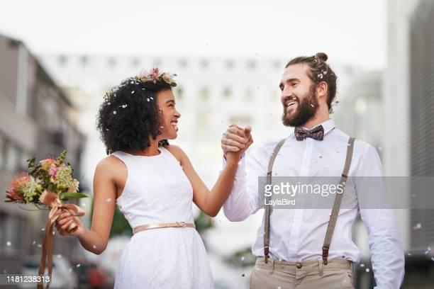 voici une vie pleine de sourires - mariage photos et images de collection