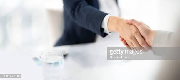 here's to a successful partnership - acordo imagens e fotografias de stock