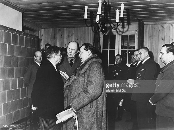Hermann Göring im Gespräch mit demfranzösischen Ministerpräsidenten PierreLaval im Führerhauptquartier beiRastenburg in Ostpreussen in der MitteDr...