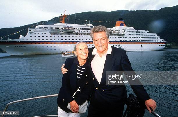 """Hermann Prey mit Ehefrau Barbara ,;Norwegen/Kreuzfahrt auf der MS """"Europa"""", Schiff, Kreuzfahrtschiff, Urlaub, Meer, Fjord, umarmen, Frau,"""