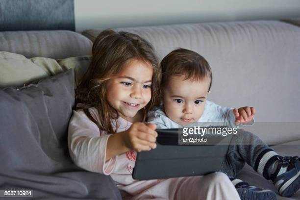 Hermanos jugando con la tablet