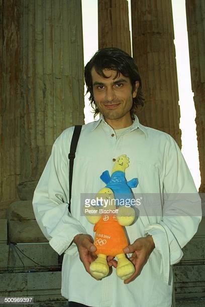Hermes Hodolides mit Olympia Maskottchen Athina Phiros neben den Dreharbeiten zur ARDShow Athen 2004 Die Gala V i c k y L e a n d r o s präsentiert...