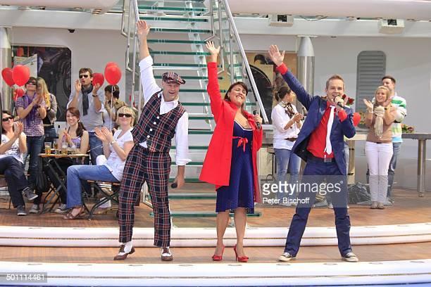 """Hermes House Band, Publikum, ZDF-Sonntags-Show """"Fernsehgarten"""", Mainz, Rheinland-Pfalz, Deutschland, Europa, Bühne, Auftritt, Mikrofon, singen,..."""