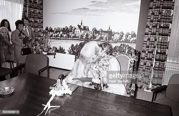 Hermine Lambach Tochter Birgid Bobbert Marianne op den Zieken Freund des Ehepaares Carrell Anke Carrell Ehemann Rudi Carrell Hochzeit von Rudi...