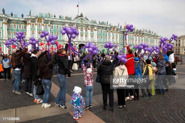 hermitage flash mob, st petersburg, russia - sint petersburg rusland stockfoto's en -beelden