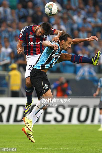 Hernan Barcos of Gremio battles fo the ball against Angel Correa of San Lorenzo during the match between Gremio and San Lorenzo for the Copa...