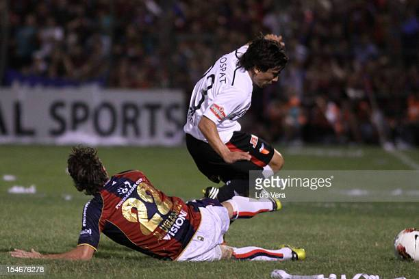Hernan Bernardello of Colon fights for the ball with Mariano Uglessich of Cerro Porteño during the Bridgestone Sudamericana 2012 Cup at Gral Pablo...