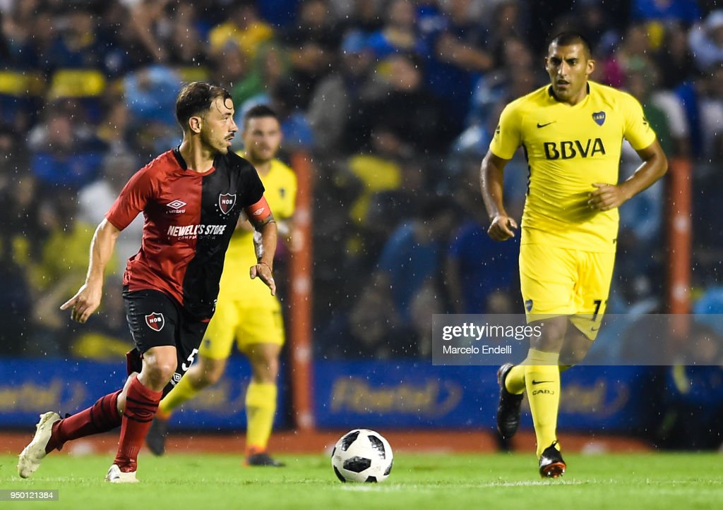 Hernan Bernardello of Newells Old Boys drives the ball during a match between Boca Juniors and Newell's Old Boys as part of Argentine Superliga 2017/18 at Estadio Alberto J. Armando on April 22, 2018 in Buenos Aires, Argentina.