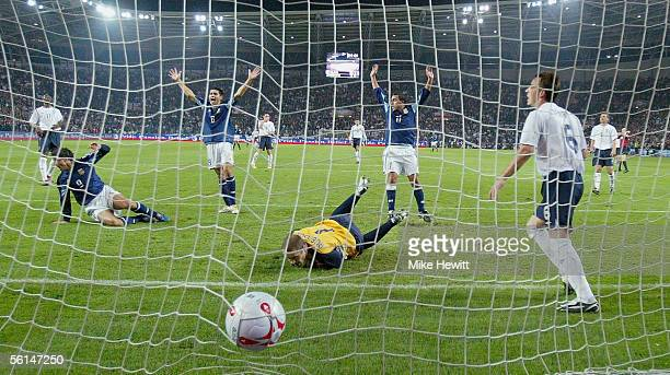 Hernan Crespo of Argentina scores the first goal during the International friendly match between England and Argentina at the Stade de Geneve on...