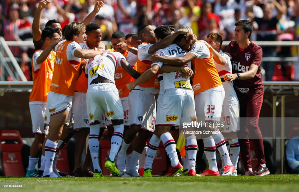 Hernanes #15 of Sao Paulo celebrates their thirth goal with his team mates during the match between Sao Paulo and Cruzeiro for the Brasileirao Series A 2017 at Morumbi Stadium on August 13, 2017 in Sao Paulo, Brazil.