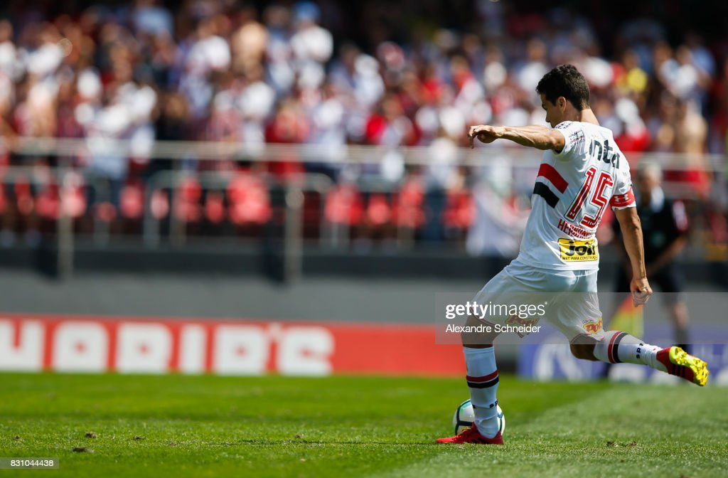 Hernanes #15 of Sao Paulo scores their thirth goal with his team mates during the match between Sao Paulo and Cruzeiro for the Brasileirao Series A 2017 at Morumbi Stadium on August 13, 2017 in Sao Paulo, Brazil.