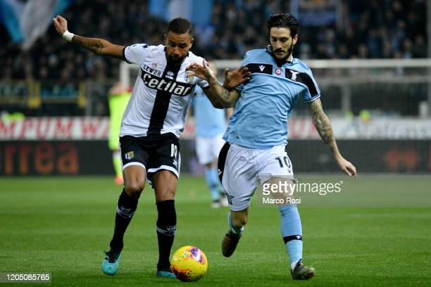 Hernani of Parma Calcio competes for the ball with Luis Alberto of SS Lazio during the Serie A match between Parma Calcio and SS Lazio at Stadio...