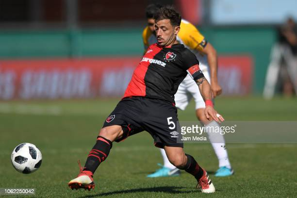 Hernán Bernardello of Newell's Old Boys kicks the ball during a Quarter Final match between Newell's Old Boys and Rosario Central as part of Copa...