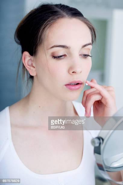 herpes treatment - herpes fotografías e imágenes de stock